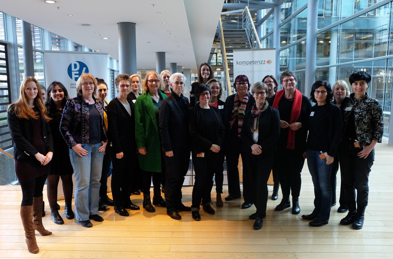 Gruppenfoto mit allen Teilnehmerinnen und Beteiligten des Parlamentarischen Frühstücks
