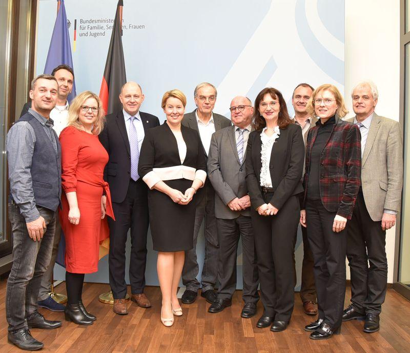 Zehn Vertreterinnen und Vertreter der DWK-Kommunen und Bundesministerin Franziska Giffey im Bundesfamilienministerium