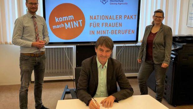 Prof. Dr. Jürgen Kretschmannunterzeichnet das Memorandum