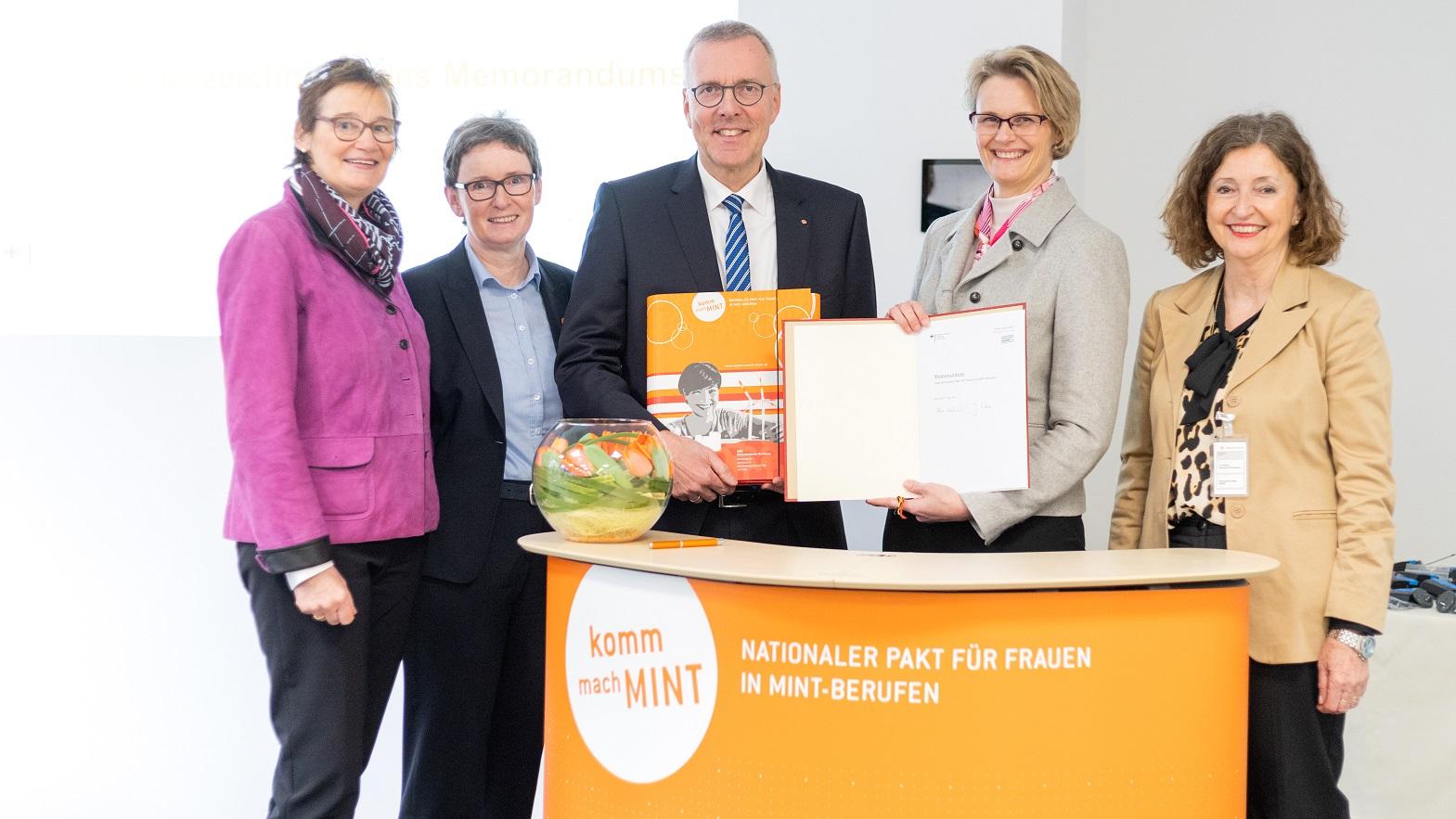 Bild Bundesbildungsministerin Anja Karliczek begrüßt 300. Partner im Nationalen Pakt für Frauen in MINT-Berufen