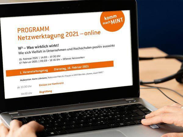 Laptop, auf dem das Programm der Netzwerktagung angezeigt wird