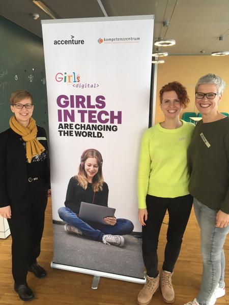 Sabine Mellies von kompetenzz sowie Lea Treese und Kerstin Broßat von accenture vor dem Girls Digital Banner