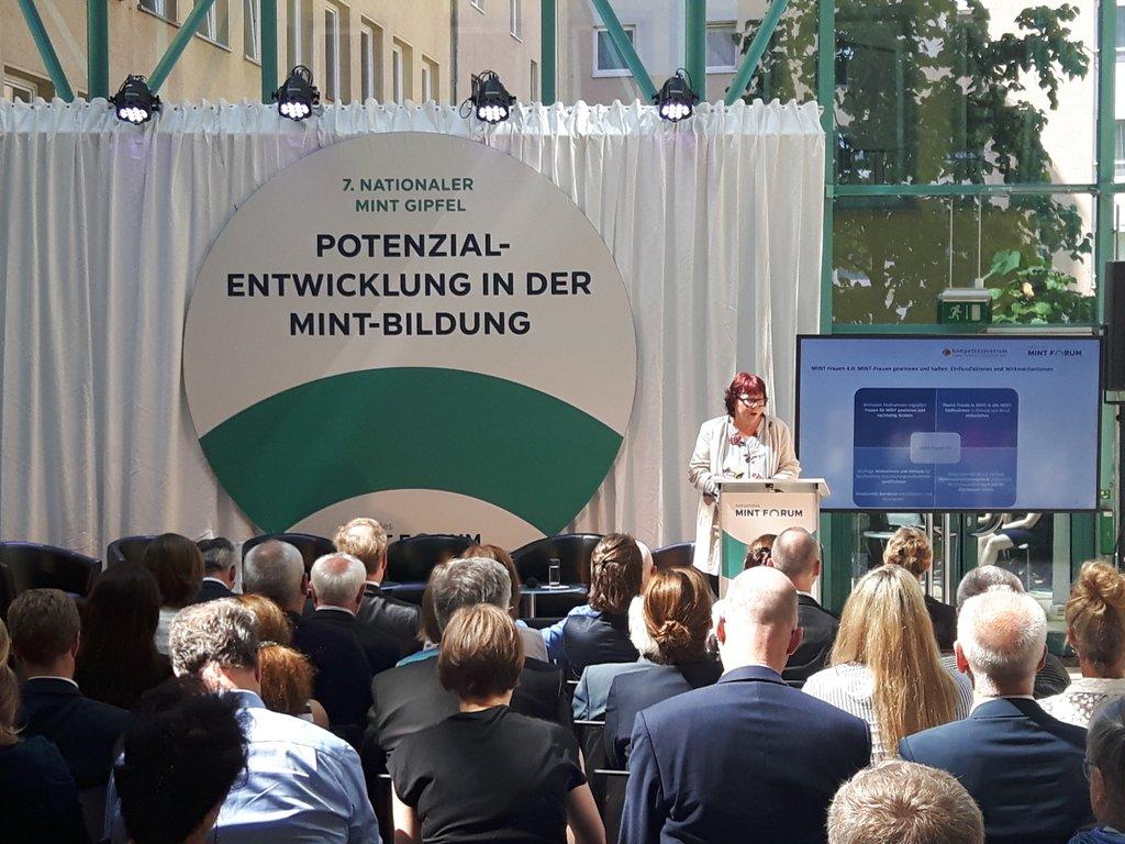 Prof. Barbara Schwarze auf dem Podium