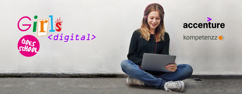 Ein Mädchen sitzt mit einem Laptop und Kopfhörern auf dem Boden.
