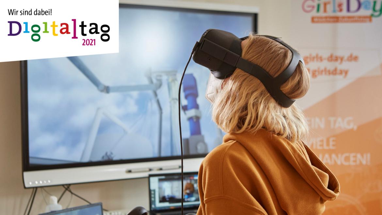 """Ein Mädchen trägt eine VR-Brille und schaut nach oben. Oben links ist das Logo vom Digitaltag 2021 mit dem Schriftzug """"Wir sind dabei"""" zu sehen."""