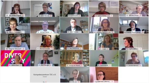 Screenshot eines Bildschirms mit mehreren Teilnehmenden eines virtuellen Meetings