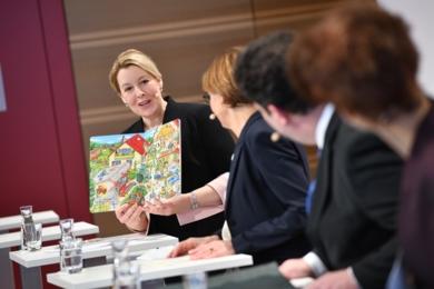Bundesministerin Franziska Giffey zeigt das Klischeefrei Wimmelbuch