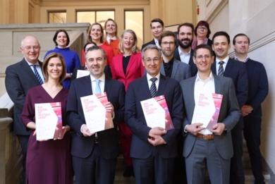Gruppenfoto mit Lena-Sophie Müller, Thomas Jarzombek, Hannes Schwaderer, Andreas Pohle sowie mit den Partnern der Studie